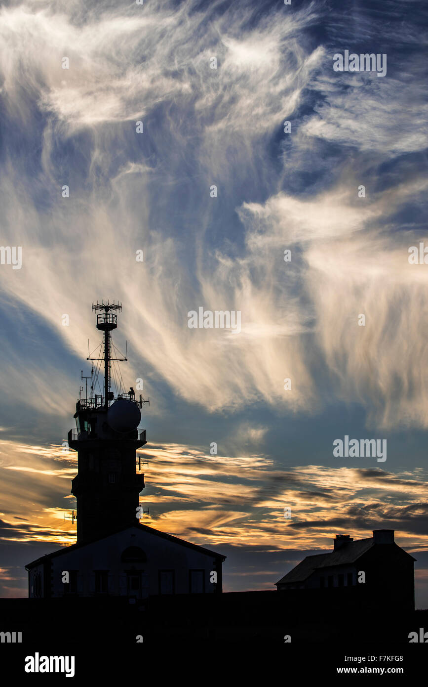 Cirrus fibratus clouds and semaphore at the Pointe du Raz, Plogoff, Finistère, Brittany, France - Stock Image