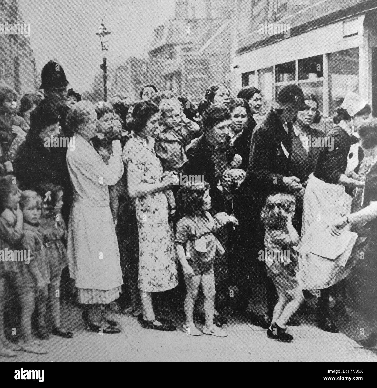Photograph of children being evacuated from London. Dated 1940 - Stock Image