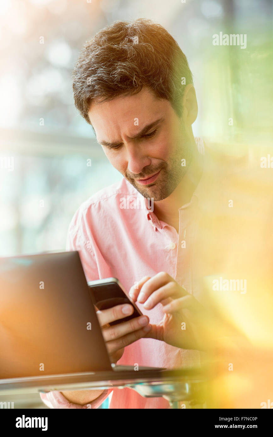 Man receiving text message - Stock Image