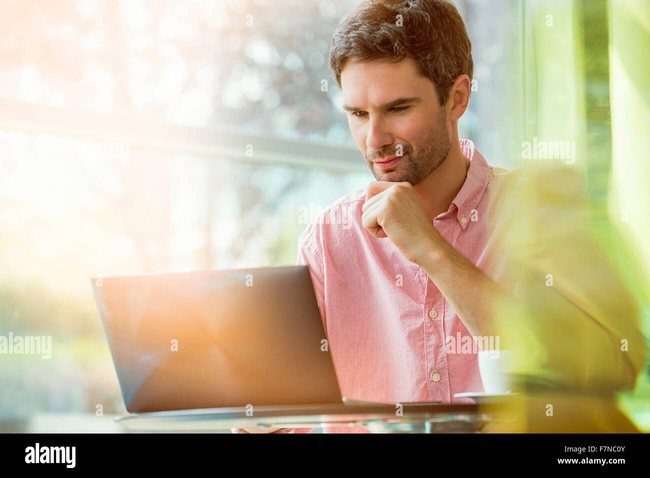 Man using laptop computer - Stock Image