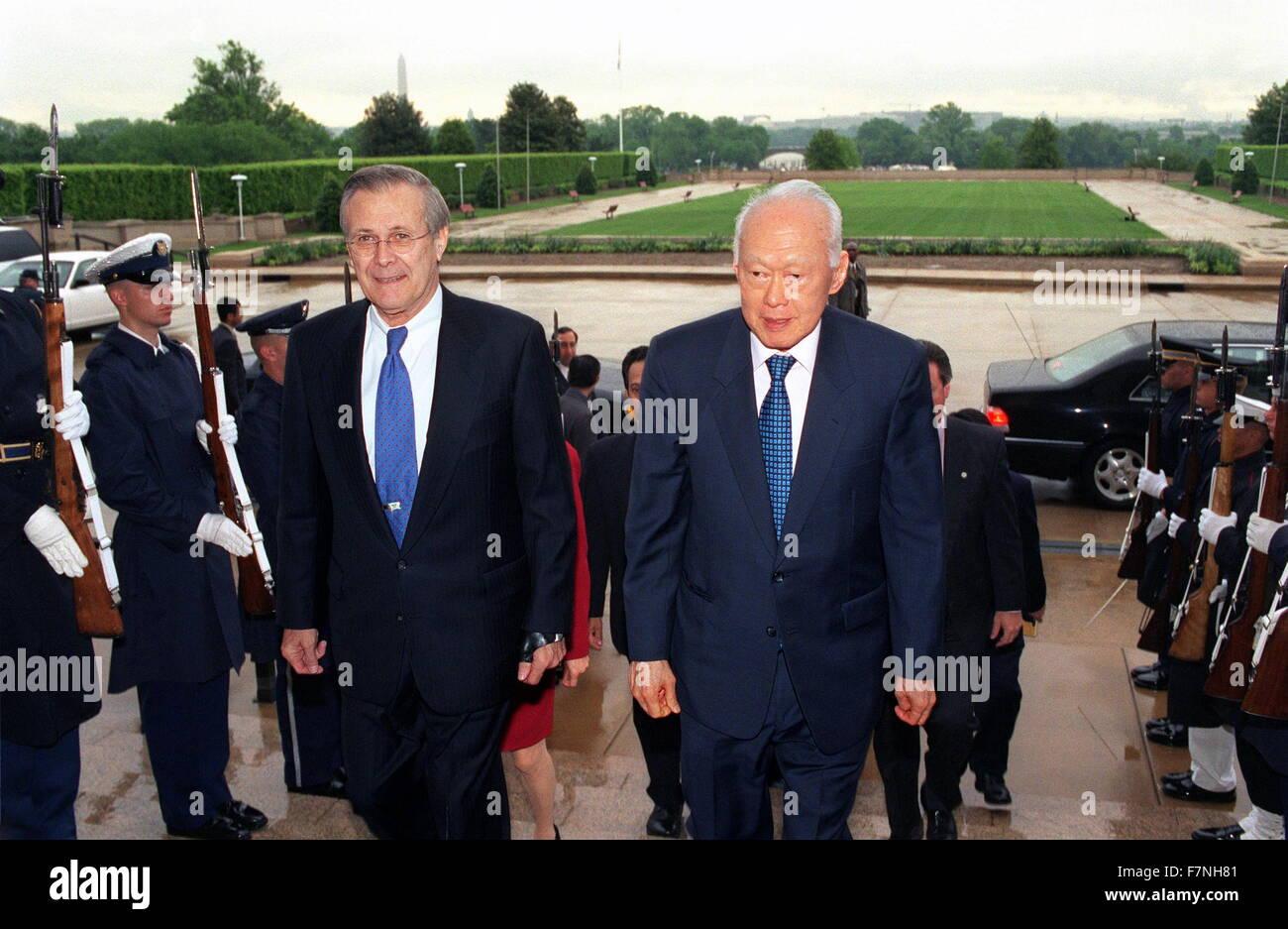 Photograph of Secretary of Defense Donald H. Rumsfeld (1932-) escorting Senior Minister Lee Kuan Yew (1923-2015) - Stock Image