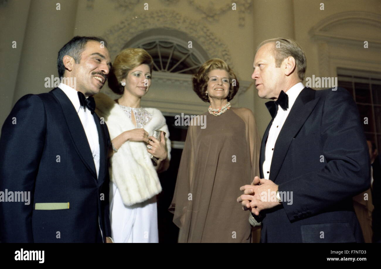 Photograph of President Gerald Ford, First Lady Betty Ford with Queen Alia-al-Hussein and King Hussein of Jordan. Dated 1976 Stock Photo
