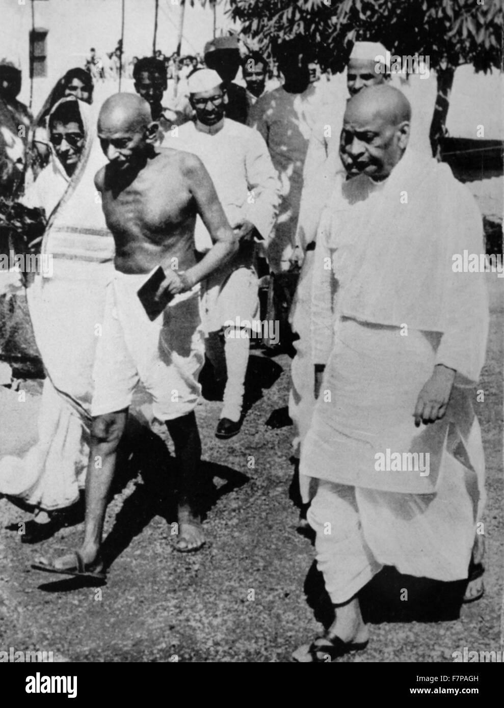 Saddar Patel (1875 – 1950), Indian statesman, (right) with Mohandas Karamchand Gandhi (1869 – 1948), the preeminent - Stock Image