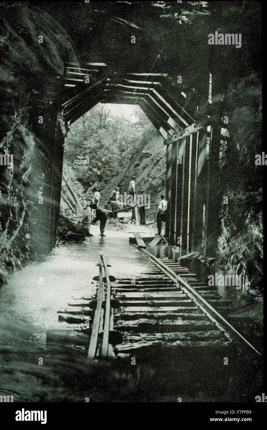 Photograph of the southeast floods of 1916 in the High Ridge Tunnel. Dated 1916 - Stock Image