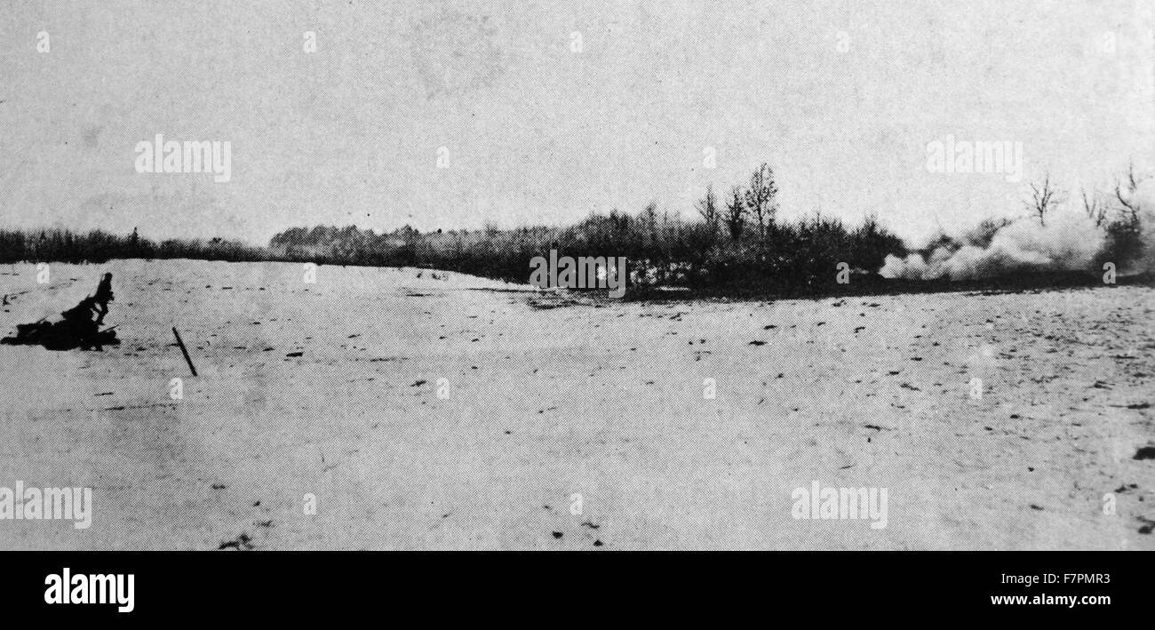 Photograph of a reconnaissance patrol moving on snow covered field. Dated 1915 - Stock Image