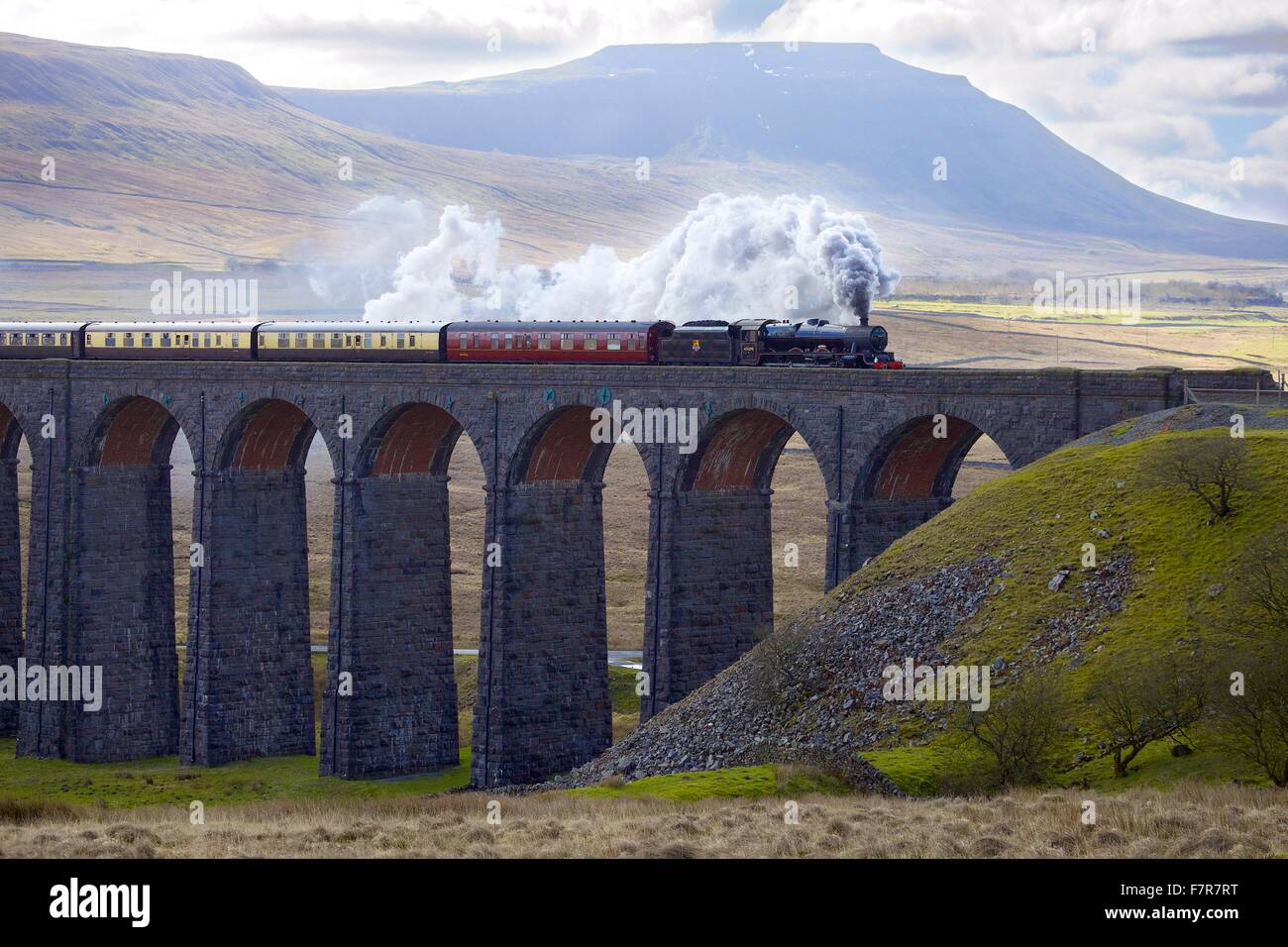 Ribblehead Viaduct. Steam train LMS Jubilee Class Leander 45690. Settle and Carlisle Railway, Yorkshire Dales National - Stock Image