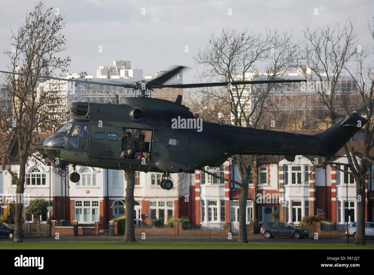London, UK. 4th December, 2015. A Royal Air Force Puma troop-carrying helicopter lands in Ruskin Park in the south - Stock Image