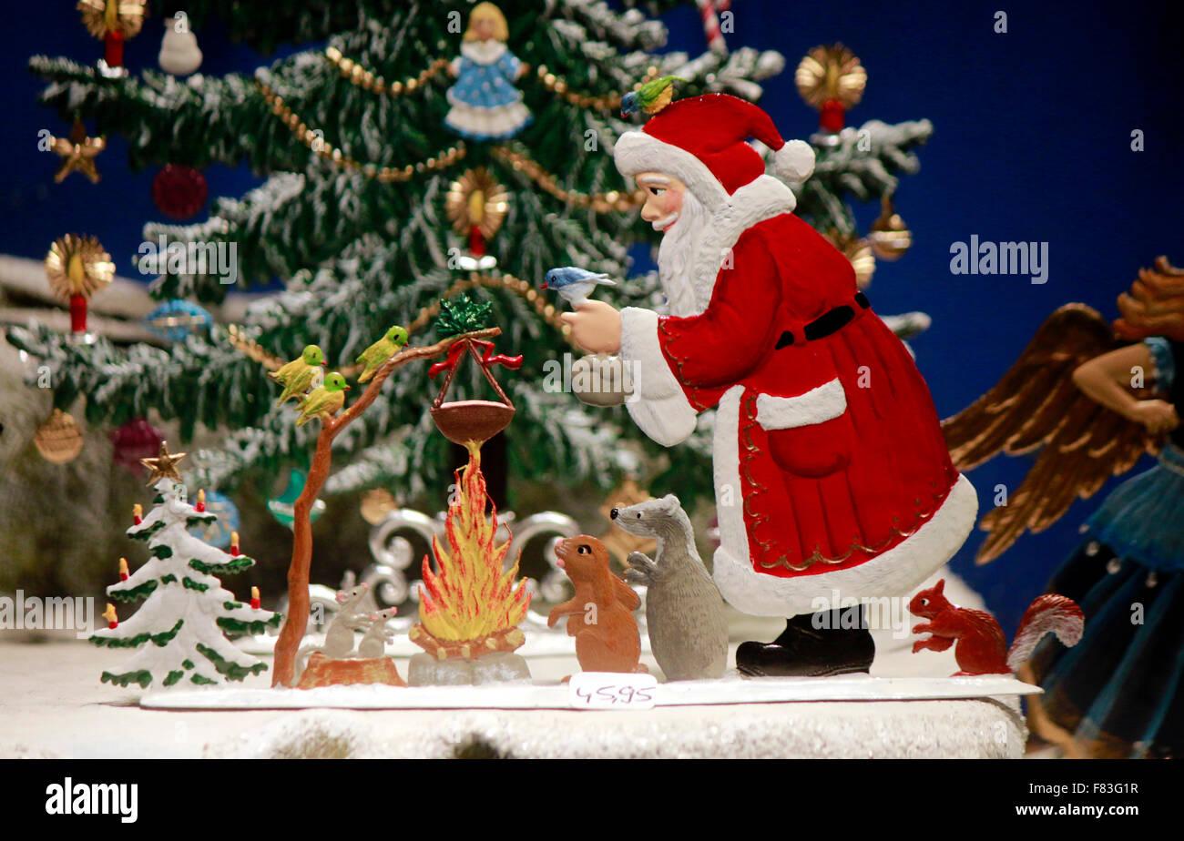 Weihnachtsmann kind schneemann weihnachtsbaum stock photo 91047539 alamy - Schaufensterdekoration weihnachten ...