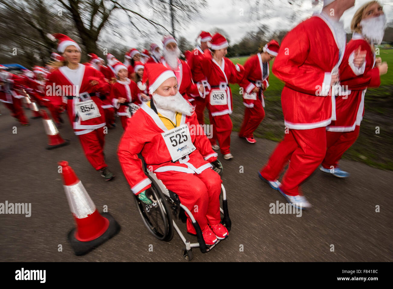 London, UK. 05th Dec, 2015. The start - The London Santa Run 2015 in Battersea Park - 2,000 Santa's take part - Stock Image