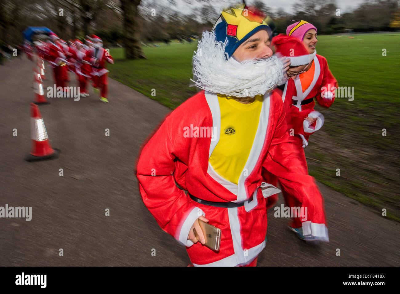 London, UK. 05th Dec, 2015. The London Santa Run 2015 in Battersea Park - 2,000 Santa's take part in an annual - Stock Image