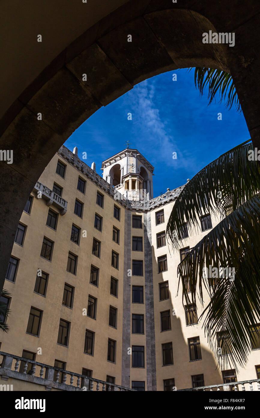 Hotel Nacional de Cuba through the arches - Stock Image