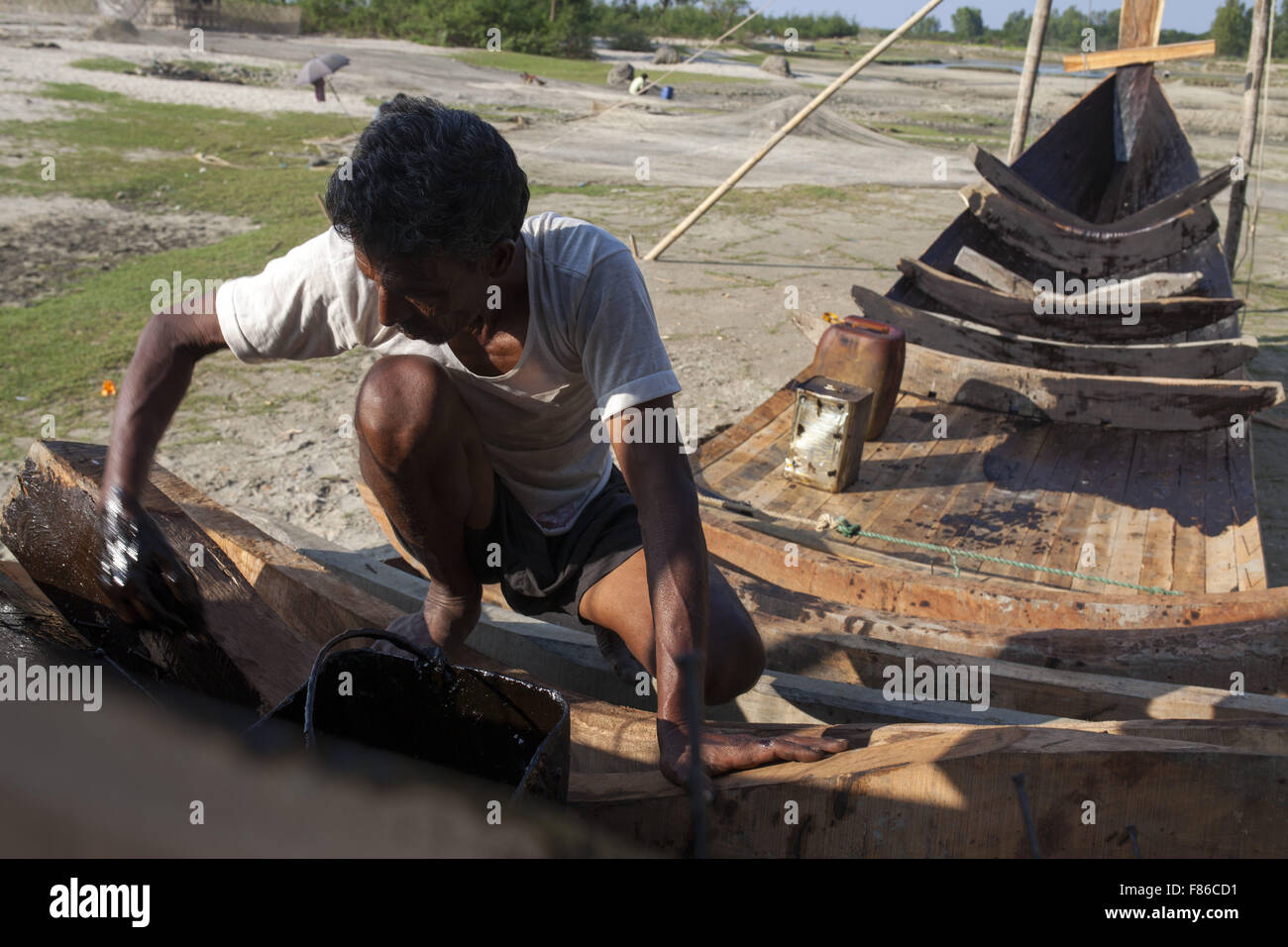 Nov. 29, 2015 - Cox'S Bazar, Bangladesh - COX's BAZAR, BANGLADESH - November 29: A man making new boat in - Stock Image
