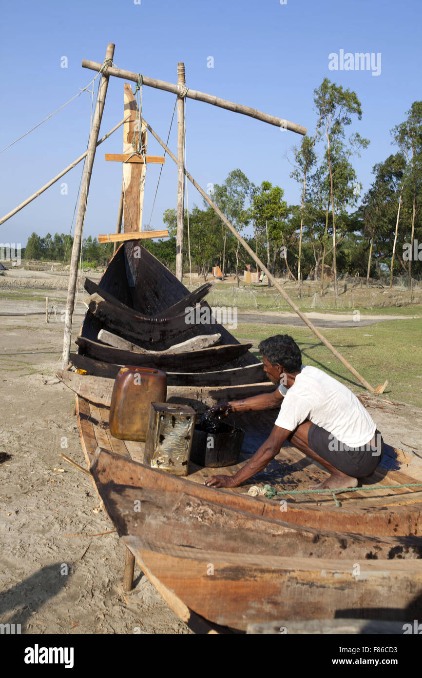 Nov. 29, 2015 - Cox'S Bazar, Bangladesh - COX's BAZAR, BANGLADESH - November 29:  A man making new boat - Stock Image