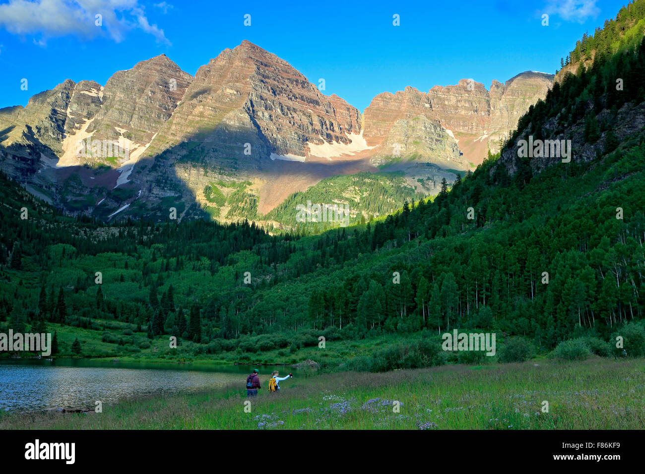 Hikers below the Maroon Bells, White River National Forest, Aspen, Colorado USA - Stock Image