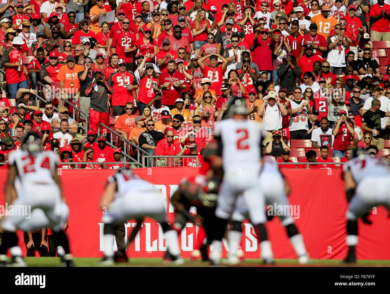 Tampa, Florida, USA. 6th Dec, 2015. DIRK SHADD | Times .Tampa Bay Buccaneers fans try to make the defense come alive Stock Photo