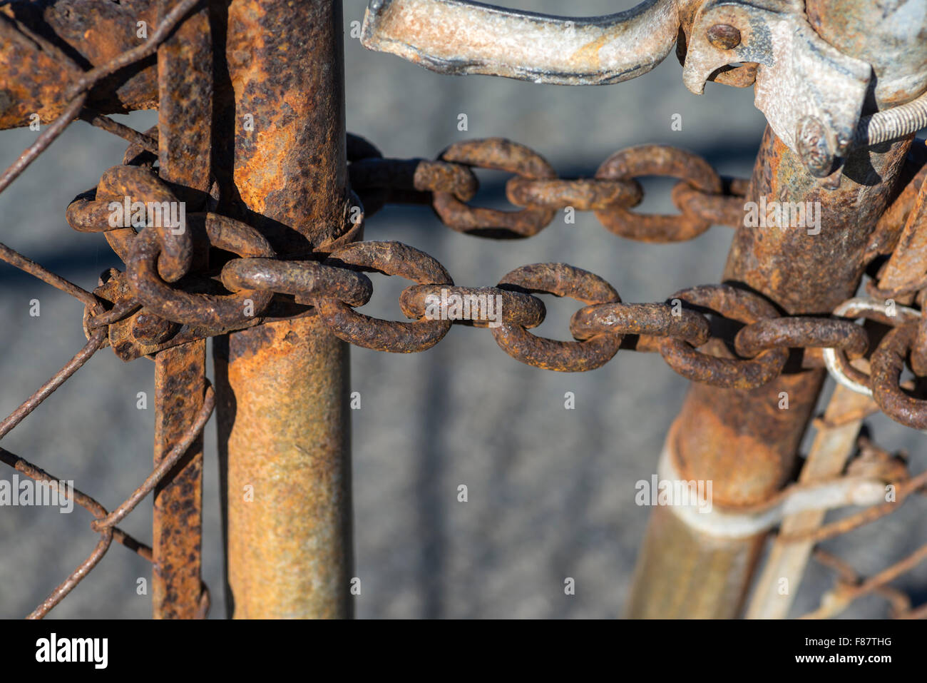 fence post, chain links, metal, chain, rusty, rusted, close up. - Stock Image