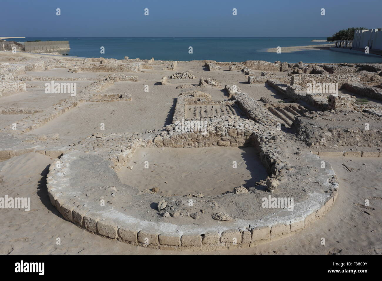 Excavations of Dilmun-era ruins in front, with the Bahrain Fort Museum in the distance, Kingdom of Bahrain - Stock Image
