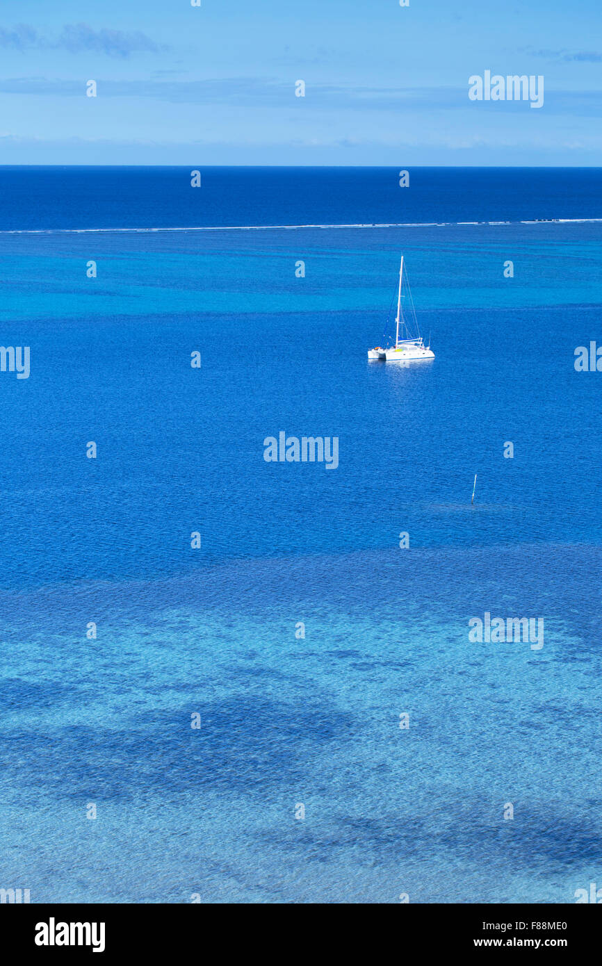 Yacht on lagoon, Mana Island, Mamanuca Islands, Fiji - Stock Image