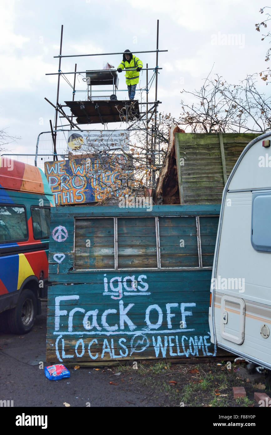 Upton, Chester, UK. 7th December 2015. Anti-fracking protesters who are defying an eviction order to vacate the - Stock Image