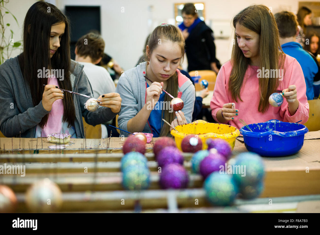Piotrkow Trybunalski, Poland. 7th December, 2015. Visitors of the Christmas ball manufacturer decorate glass balls - Stock Image