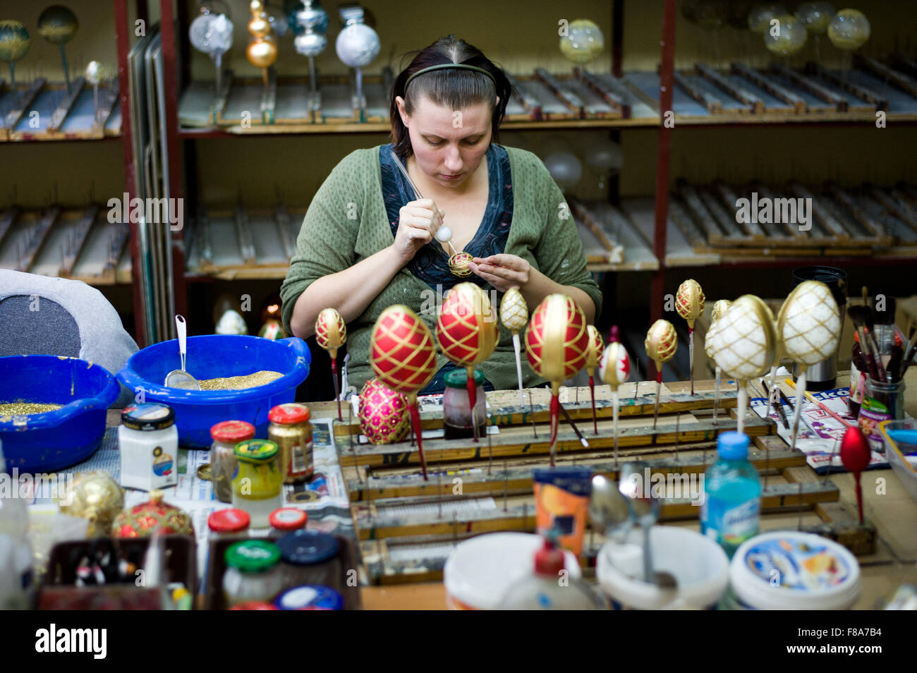 Piotrkow Trybunalski, Poland. 7th December, 2015. Worker decorates Christmas ball at 'Szkło-Decor' (Glass - Stock Image
