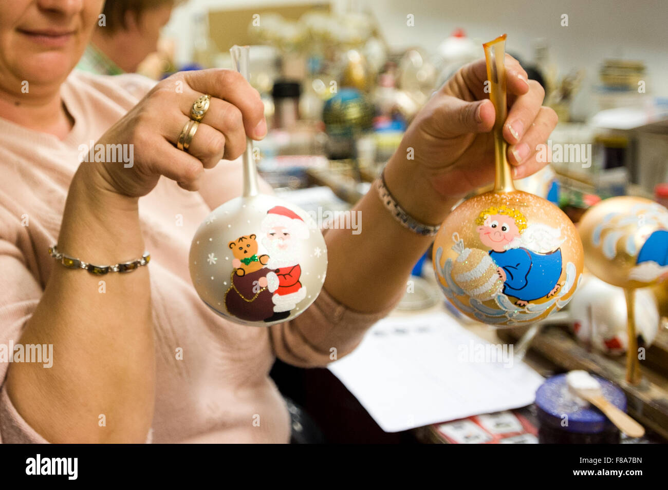Piotrkow Trybunalski, Poland. 7th December, 2015. Worker presents finished christmass balls at 'Szkło-Decor' - Stock Image