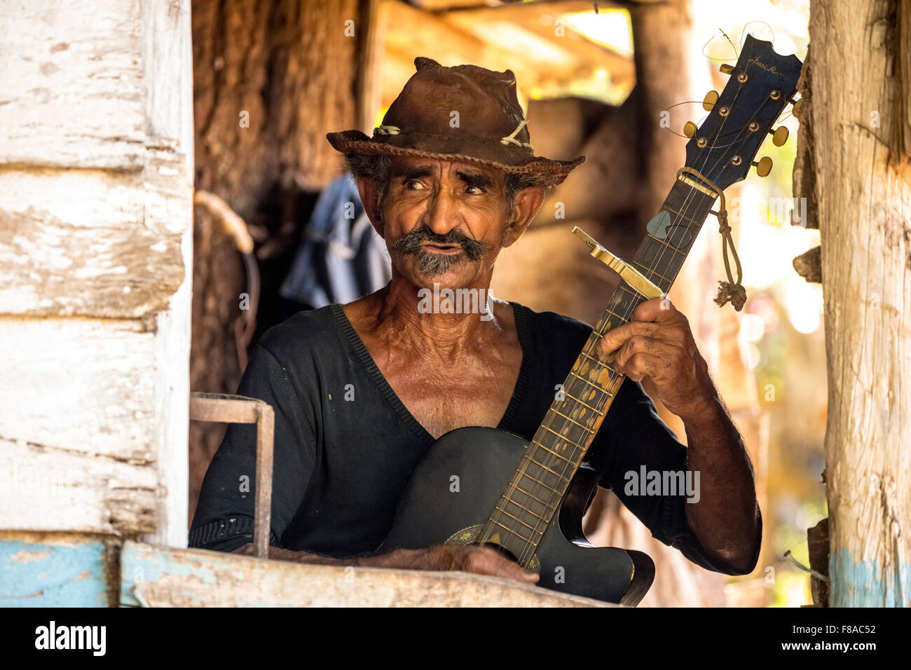 old Cuban sugarcane farmers in the Valle de los Ingenios plays guitar and sings for tourists, Trinidad, Cuba, Sancti - Stock Image