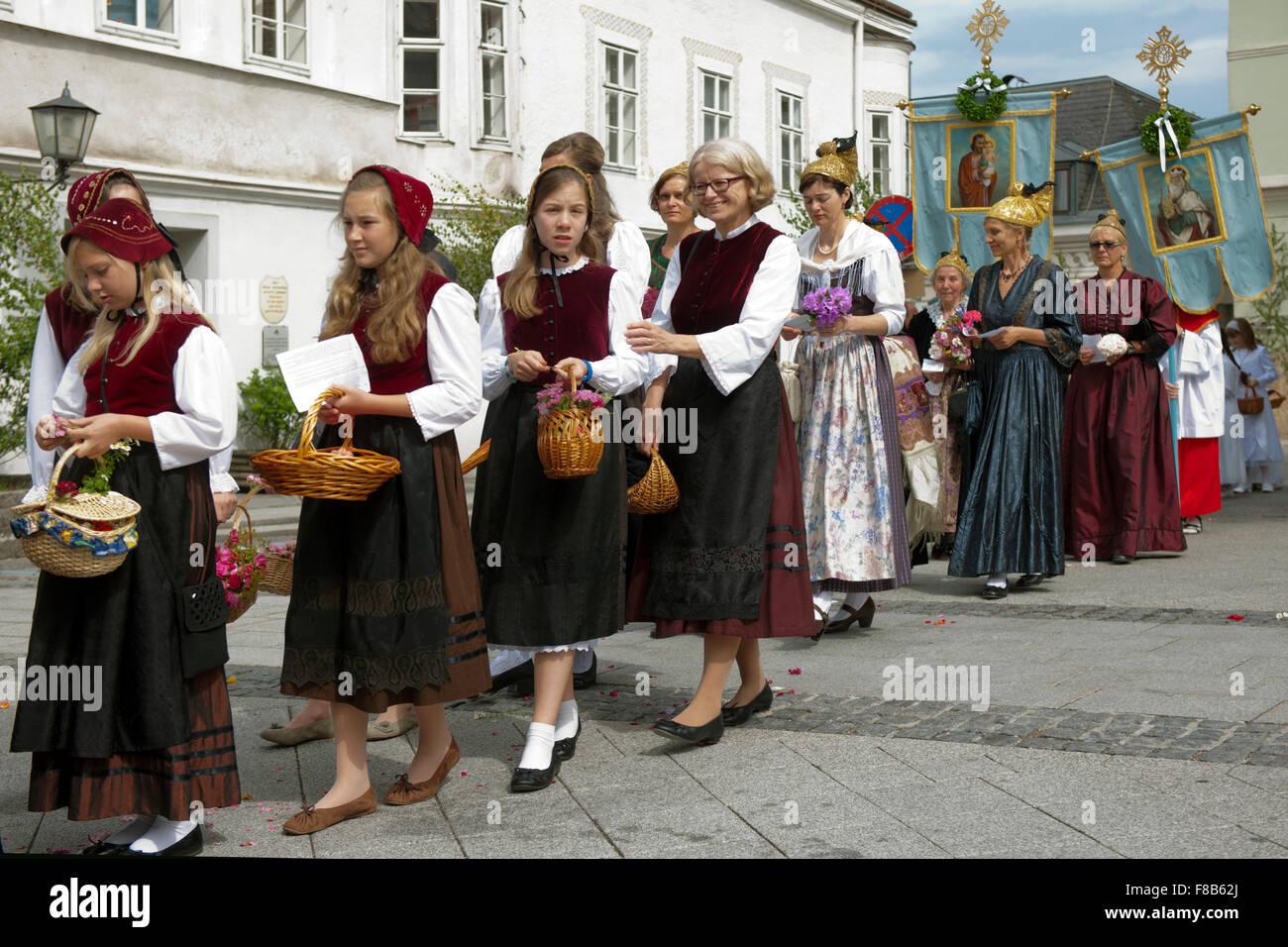 Österreich, Niederösterreich, Scheibbs, Frauen und Mädchen bei der Frohnleichnamsprozession mit der - Stock Image