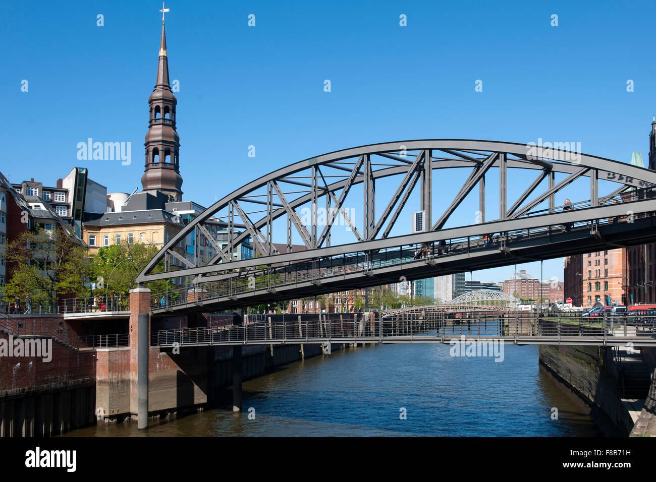 Deutschland, Hamburg, Kibbelstegbrücke über den Zollkanal zur Speicherstadt, Warehouse District, links Turm der Kirche St. Katha Stock Photo
