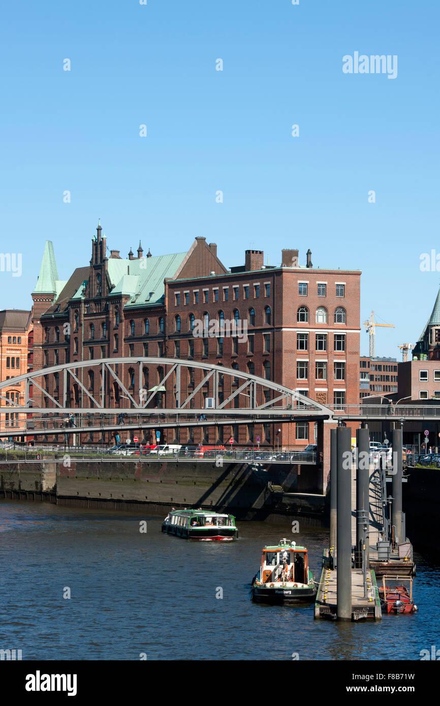Deutschland, Hamburg, Zollkanal, vorne die Kibbelstegbrücke zur Speicherstadt, dahinter der Sandthorquaihof Stock Photo