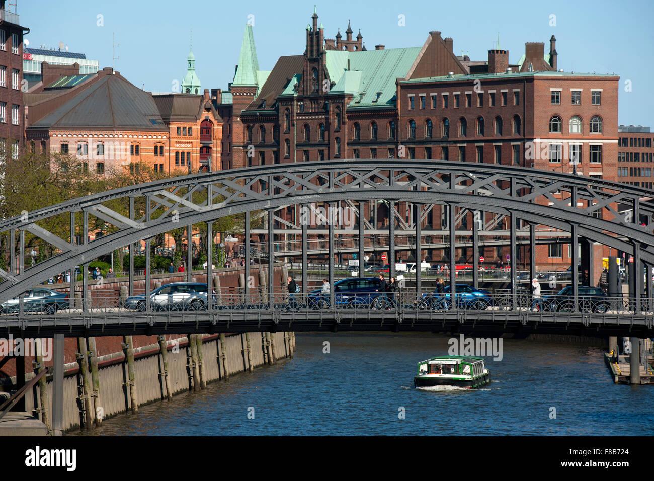 Deutschland, Hamburg, Zollkanal, vorne die Brooksbrücke und die Kibbelstegbrücke zur Speicherstadt, dahinter der Stock Photo