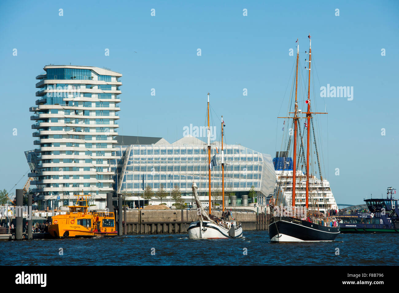 Deutschland, Hamburg, Norderelbe, ehemaliger Lotsenschoner Atalanta (1901) und die dreimastige Barkentine Loth Loriën, - Stock Image
