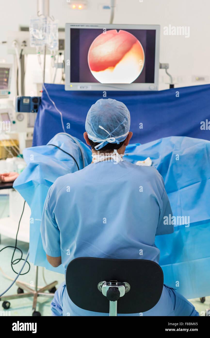 Examen gynecologique en oncologie couplé avec une endoscopie vésicale ou cystoscopie. Cancers de l'appareil - Stock Image
