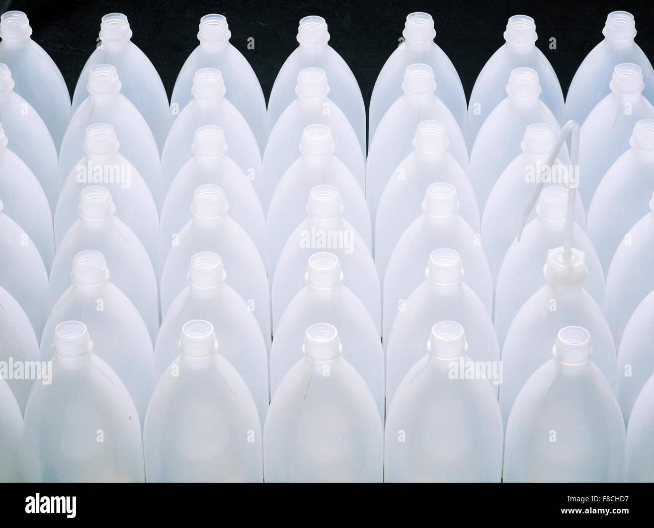 Plastikflaschen in einem Chemielabor Stock Photo
