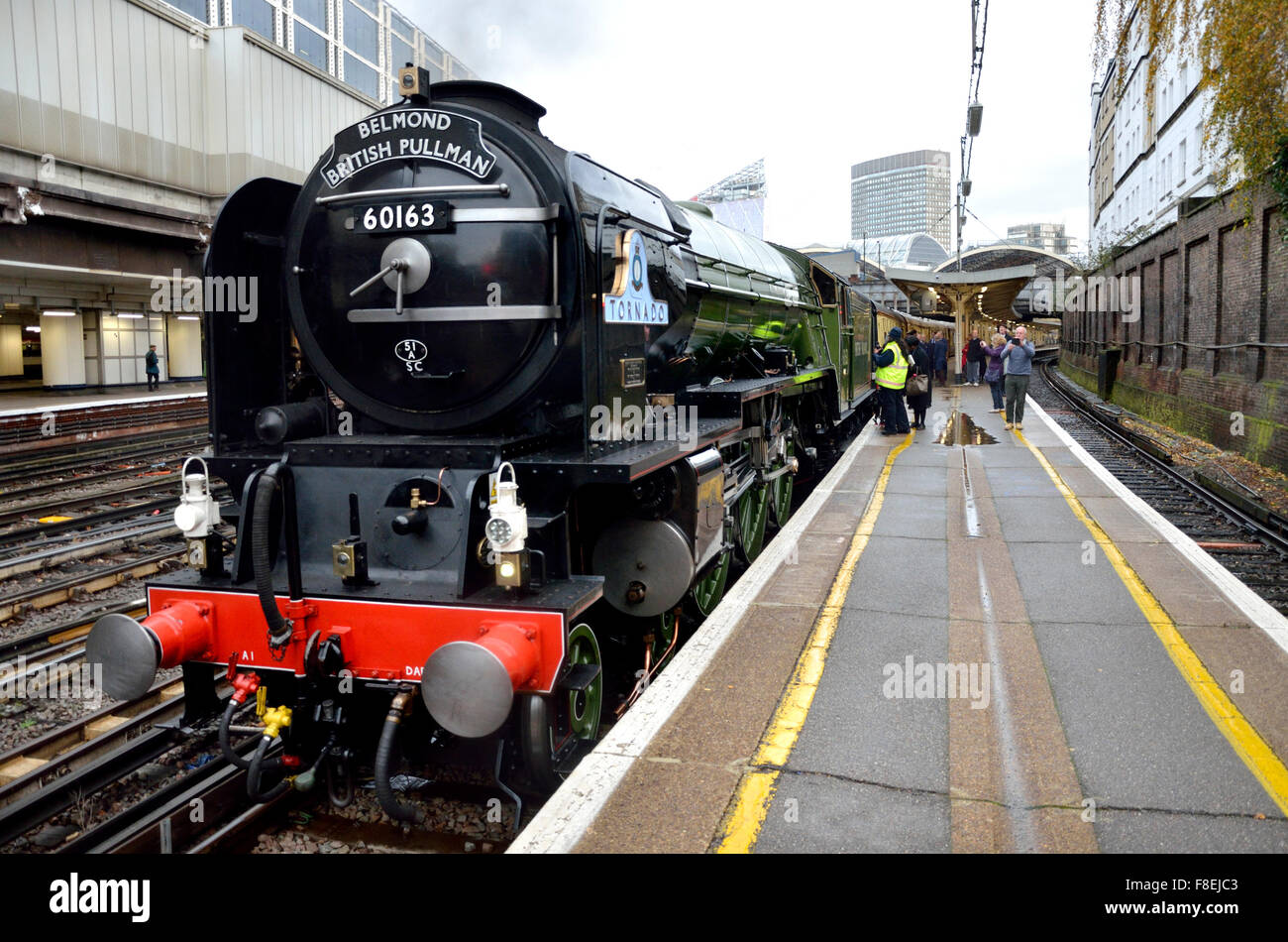 London, England, UK. Victoria Station: The Orient Express pulled by the steam locomotive 'Tornado' waiting - Stock Image