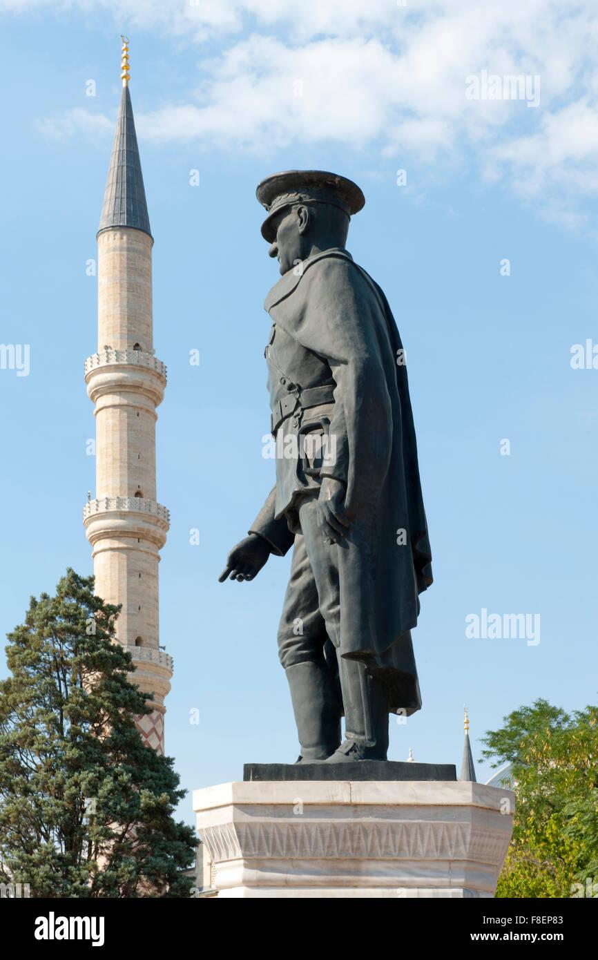 Türkei, Thrakien, Edirne, Atatürk-Statue, dahinter Minarett der Üc Serefli Camii - Stock Image