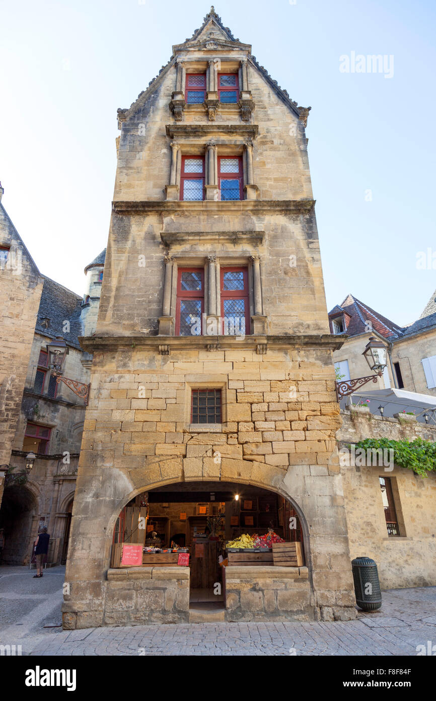 Very similar to the la Boetie's house, the quaint frontage of an old building in the Sarlat la Caneda centre - Stock Image