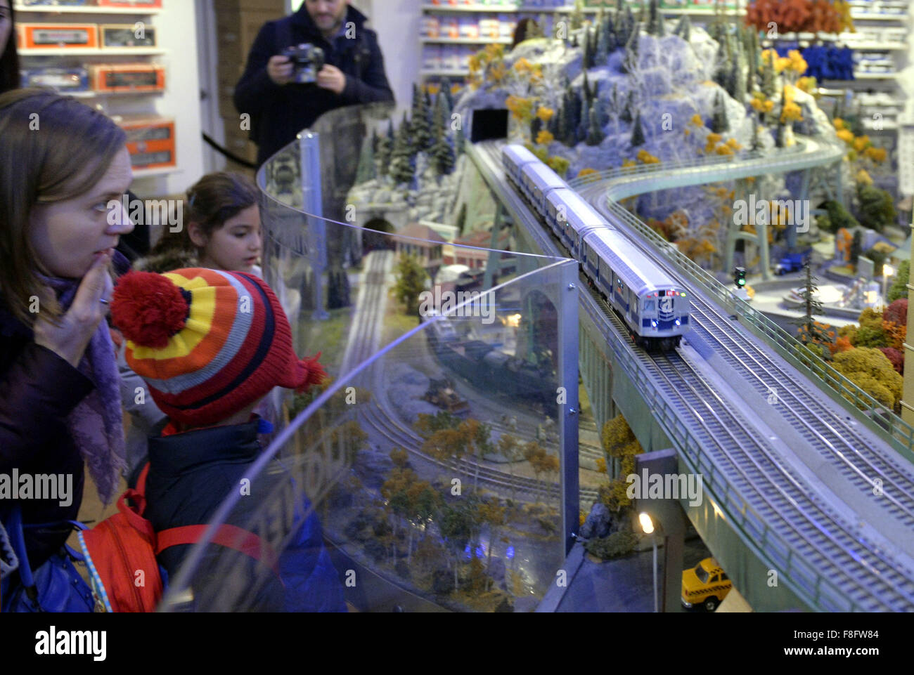 New York, USA. 9th Dec, 2015. Visitors watch a model railroad presented during the Holiday Train Show at Grand Central - Stock Image