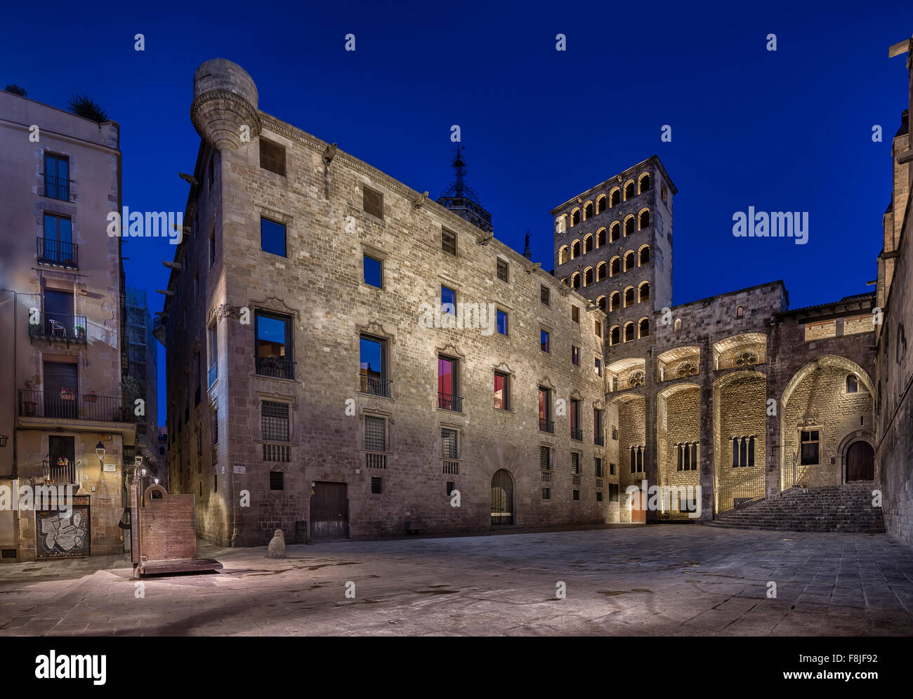 Illuminated Kings square at night, Placa del Rei, Barri Gotic, Barcelona, Catalonia, Spain - Stock Image