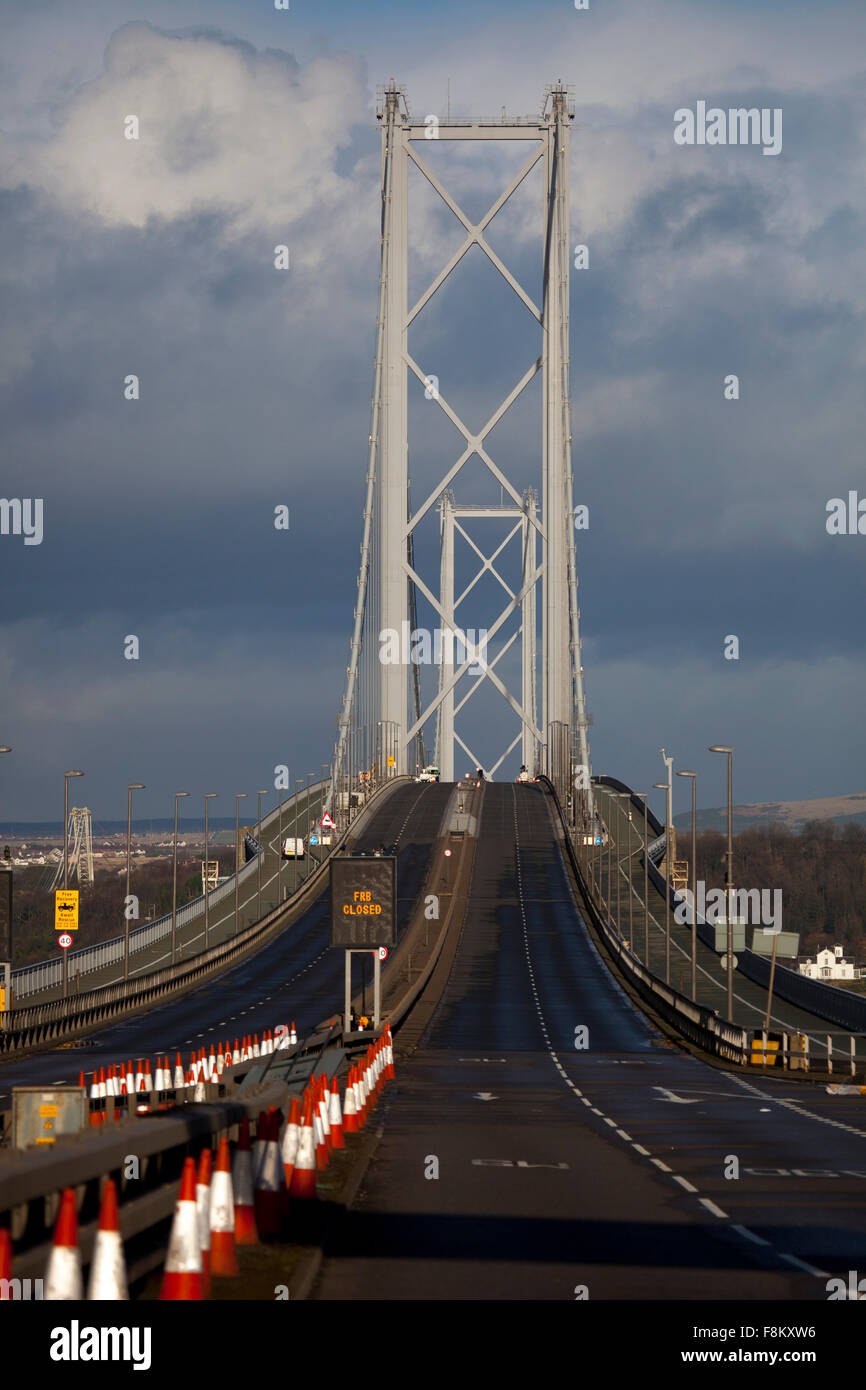 Forth Road Bridge, Queensferry, Edinburgh. 10th December, 2015. A rainbow appears behind the Forth Road Bridge perhaps - Stock Image