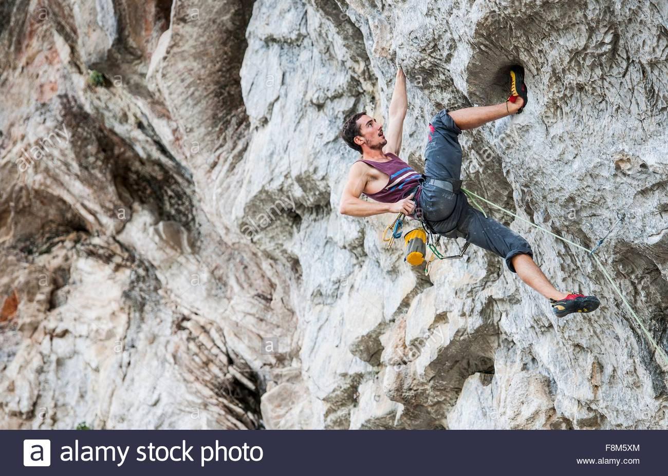Male climber at Riverside crag in Yangshuo, Guangxi Zhuang, China - Stock Image