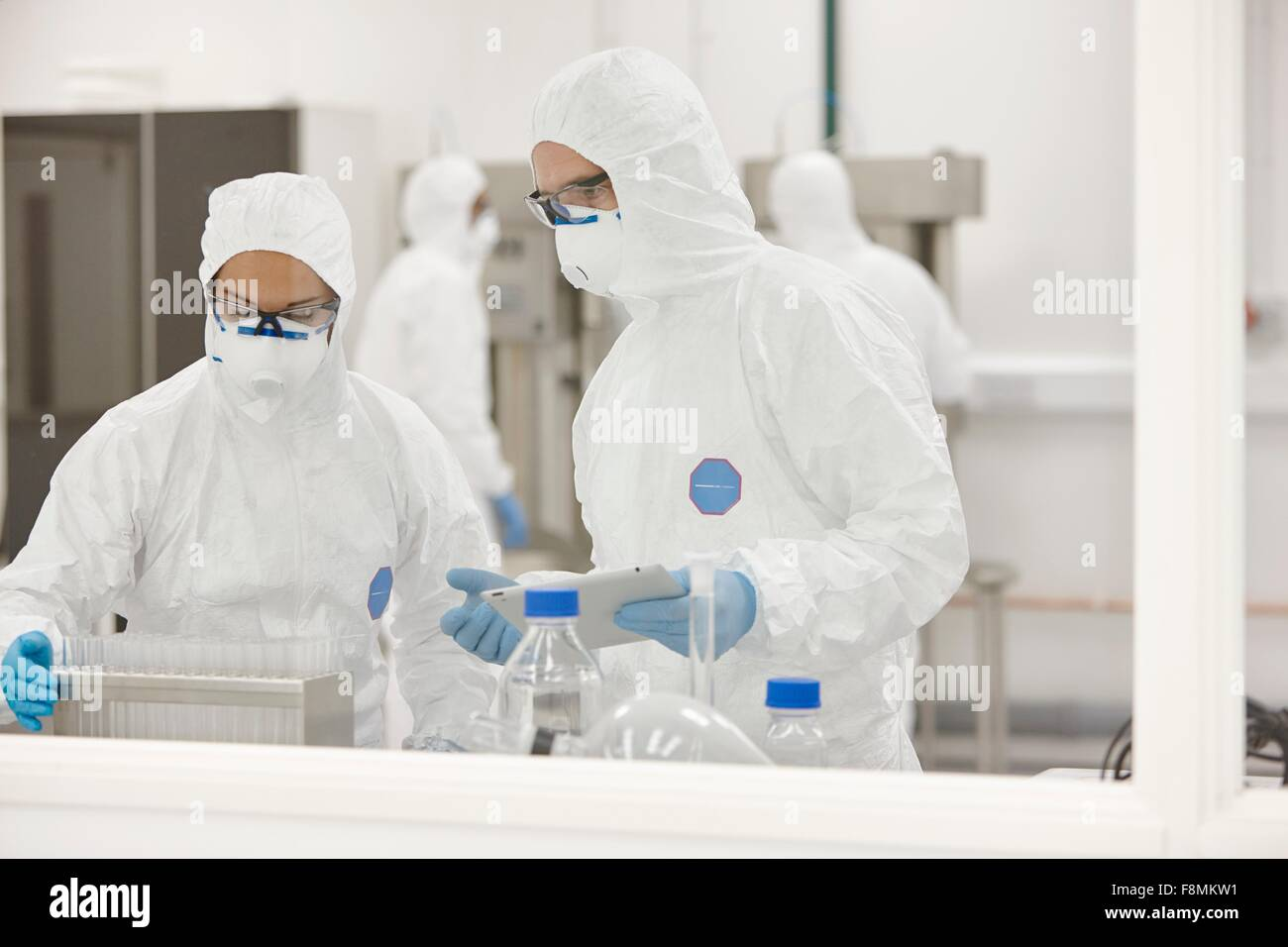 Scientists working in laboratory - Stock Image