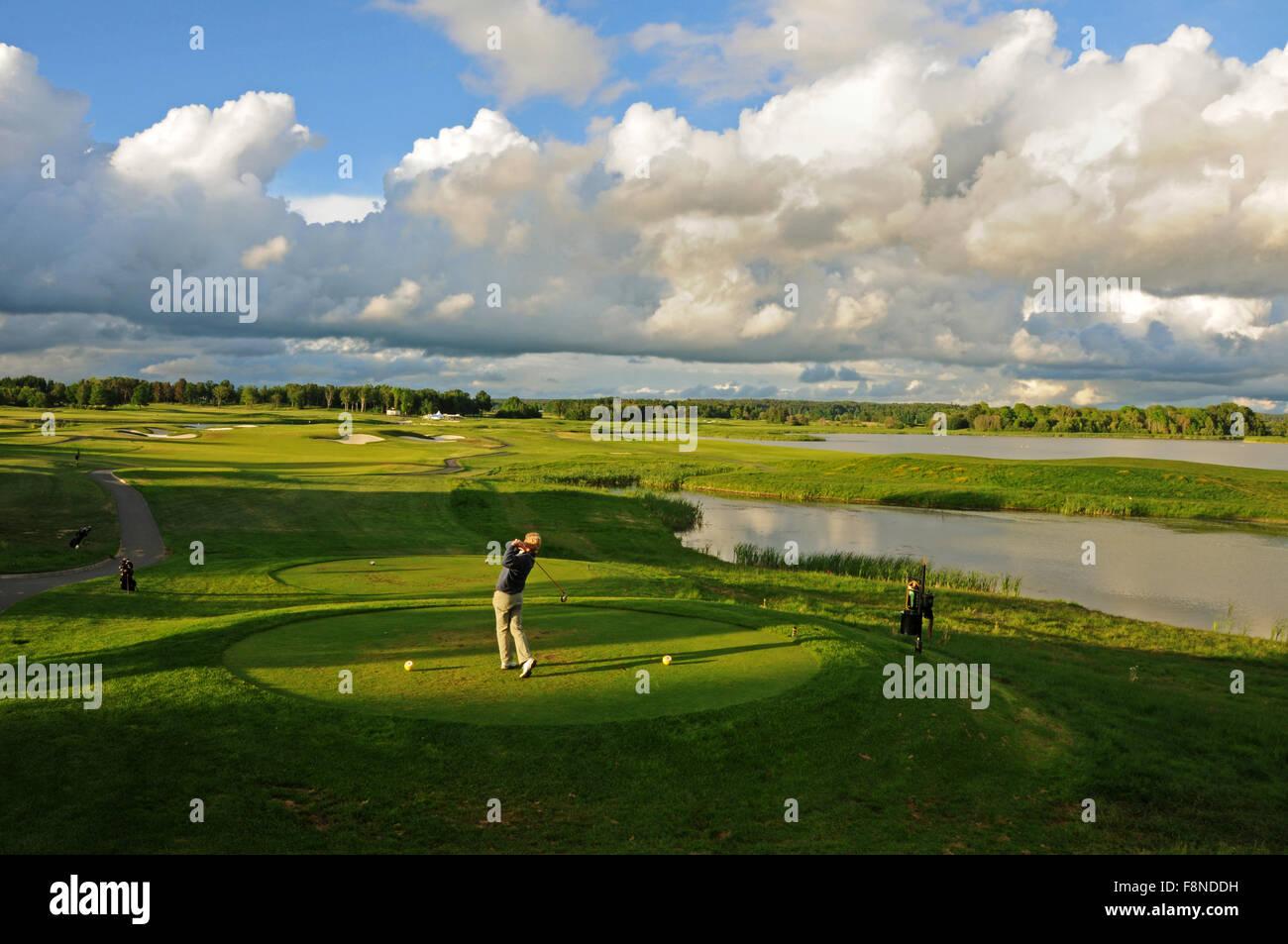 Sunset tee shot on Stadium Course at Bro Hof Slott Golf Club, a golf course located in Upplands-Bro on Lake Mälaren - Stock Image