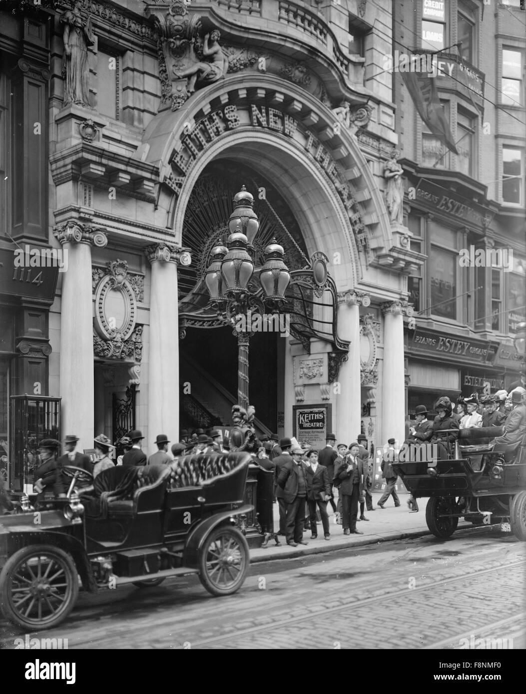 Crowd and Automobiles in front of Keith's New Theatre, Philadelphia, Pennsylvania, USA, circa 1905 - Stock Image