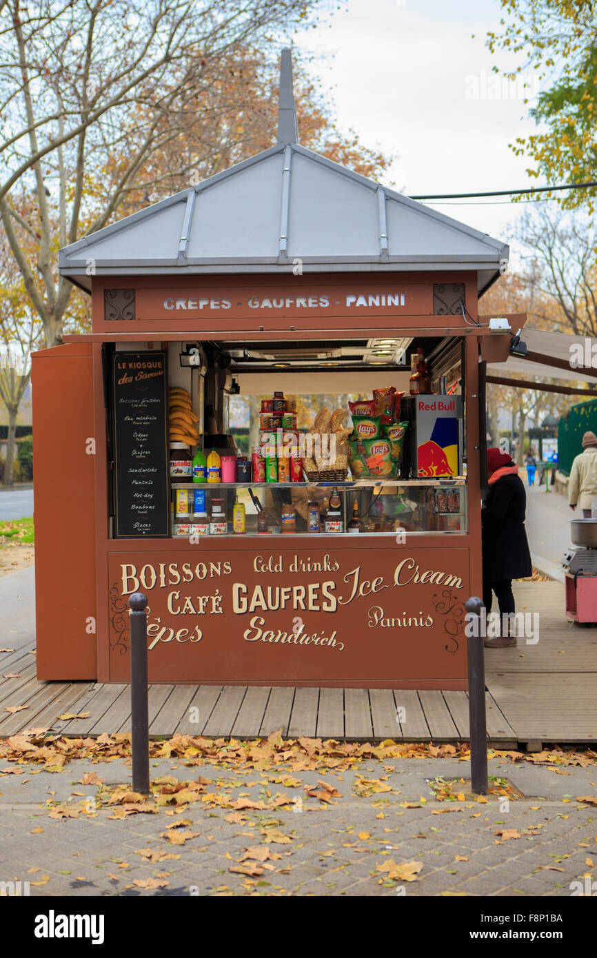 A small kiosk selling drinks, snacks and souvenirs near the Eiffel Tower in Paris, France - Stock Image