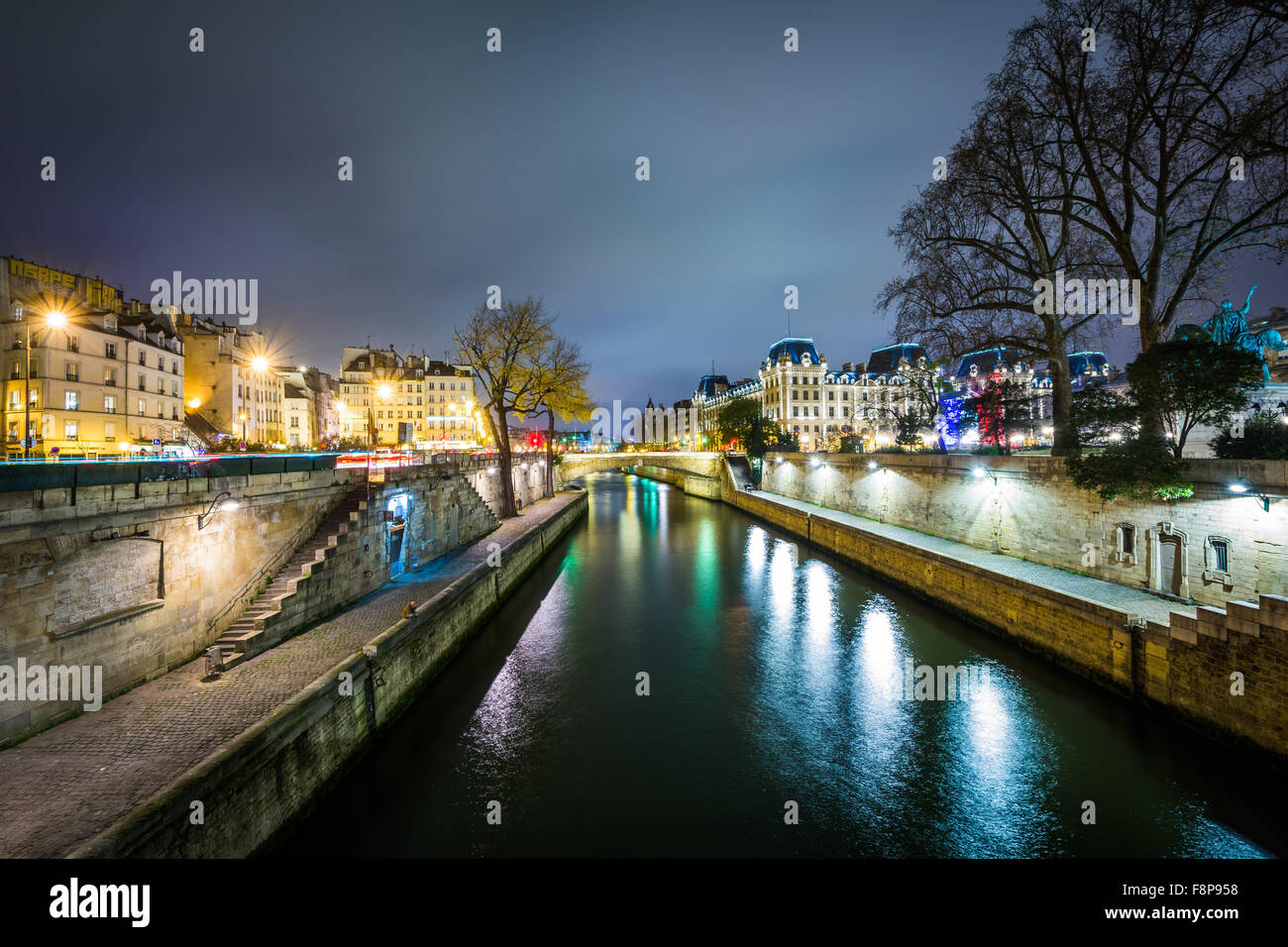 The Seine at night, in Paris, France. - Stock Image