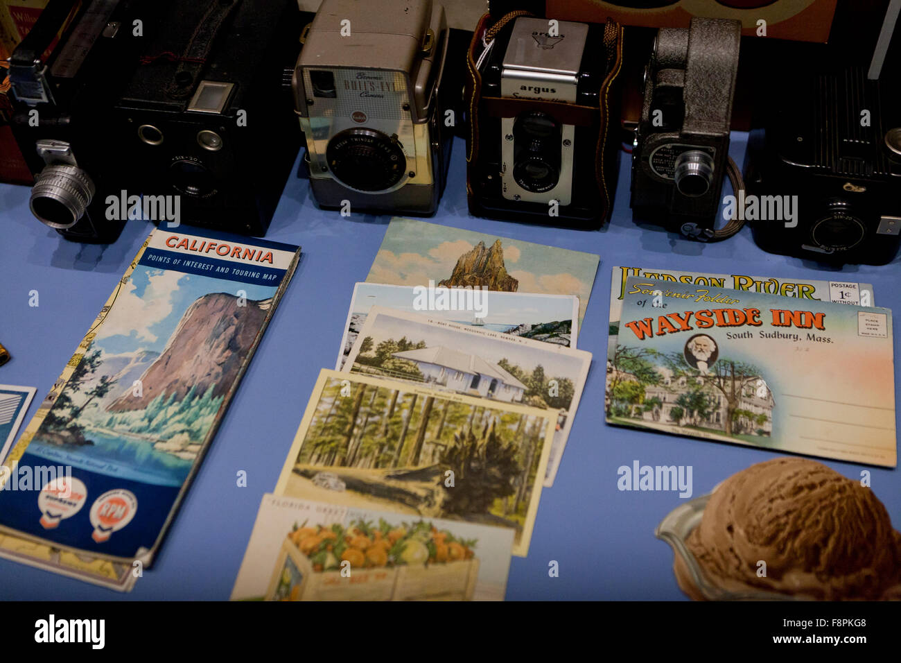 Vintage cameras and postcards - USA - Stock Image