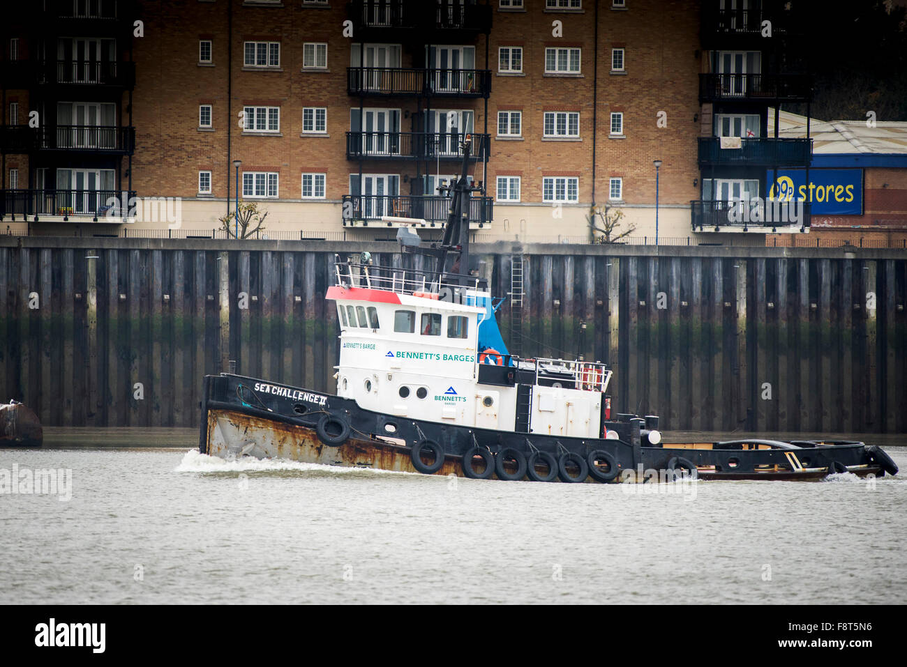 The tug Sea Challenger steams downriver on the River Thames. - Stock Image