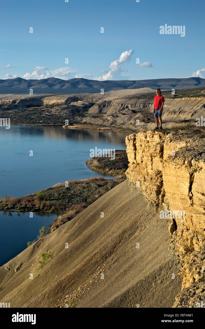 WASHINGTON -  Hiker on the White Bluffs rising above the Columbia River at the Hanford Reach National Monument. - Stock Image