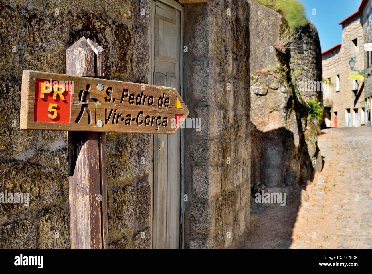 Portugal: Wooden signal of the trekking route PR 5 in historic village Monsanto - Stock Image